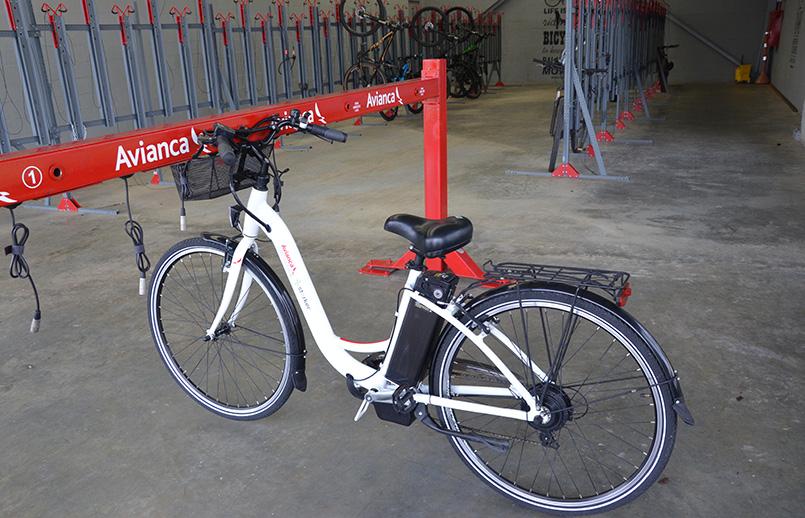 Puesto de recarga de bicicletas eléctricas en el MRO deAvianca en Rionegro.
