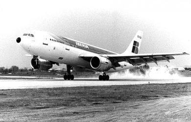 Airbus A300 de Iberia aterrizando en Madrid.