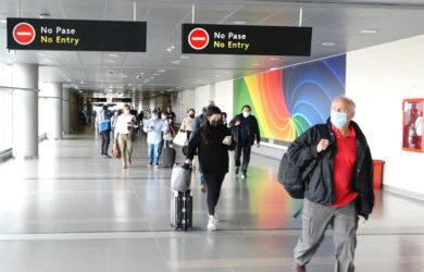 Pasajeros en tránsito en un aeropuerto.