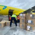 Transporte de kits escolares por parte de Viva Air a La Guajira.