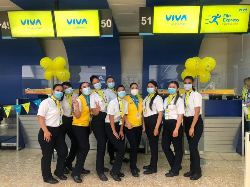 Colaboradores de Viva en el counter de la aerolínea.