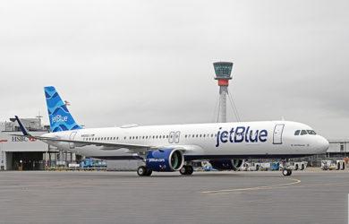 Airbus A321LR de JetBlue en el aeropuerto Heathrow de Londres.