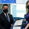Entrega del certificado en operaciones aéreas de Wingo en Panamá.
