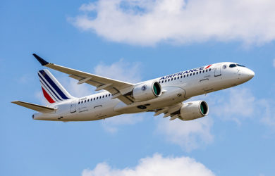 Primer Airbus A220 de Air France en vuelo.