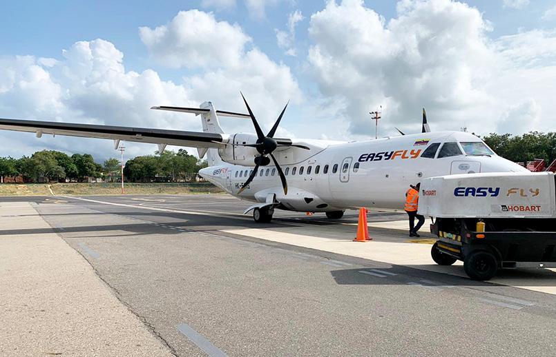 ATR 42-500 de EasyFly en remoque atrás.