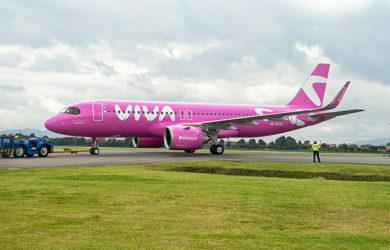 "Airbus A320neo de Viva ""Go Pink"" de matrícula HK-5378."